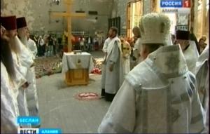 На месте теракта 2004 года в Беслане прошло поминальное богослужение