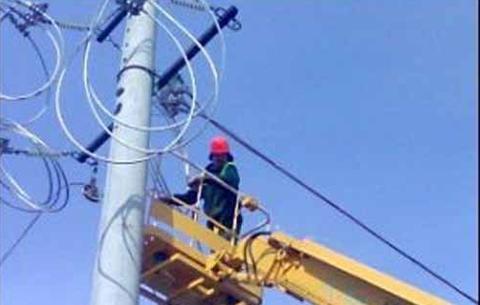 В результате сильного ветра в Ардоне произошло замыкание линий электропередач
