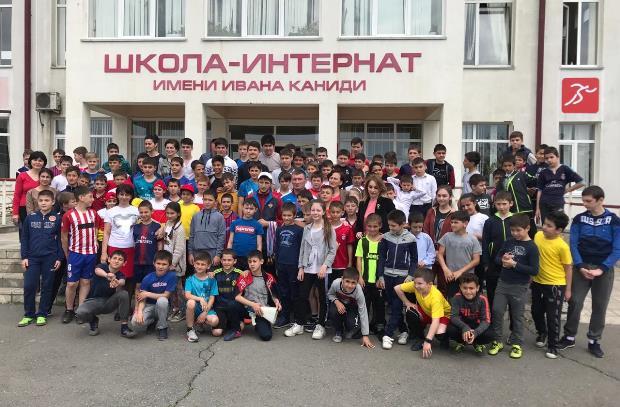 Спартак Газзаев провел зарядку для школьников Беслана