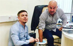 Российский скульптор Илья Вереск увековечил руки Станислава Черчесова