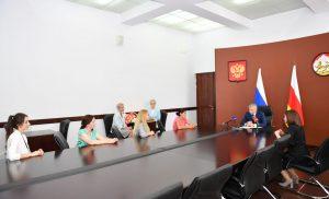 Вячеслав Битаров вручил жилищные сертификаты семьям, воспитывающим тройняшек