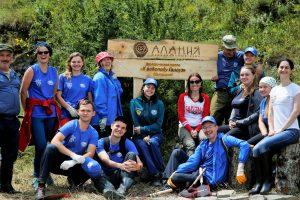 Волонтеры из восьми городов России завершили благоустройство первой части экотропы к водопаду Галауз