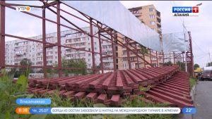 На улице Первомайской приступили к демонтажу незаконно установленного ограждения