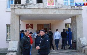 Сегодня около ста человек вышли на сход к зданию администрации Беслана из-за судимости у кандидатов в депутаты