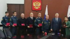 Вячеслав Битаров вручил государственные награды сотрудникам МЧС, которые тушили пожар на «Электроцинке»
