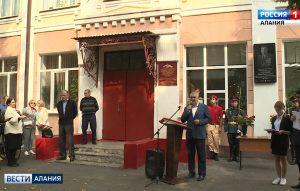 С сегодняшнего дня фасад пятидесятой школы будет украшать мемориальная доска, посвященная выдающемуся военачальнику Юрию Соловьеву