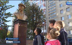 Во дворе многоквартирного дома на улице Доватора около 30 лет стоит памятник поэту Коста Хетагурову