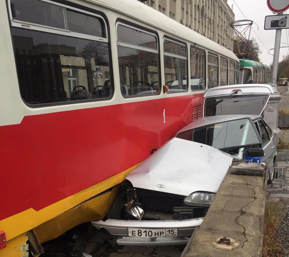 На пл. Свободы во Владикавказе не разминулись трамвай и легковушка