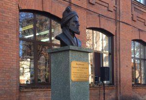 В СОГУ открыли бюст знаменитого персидского поэта Фирдоуси