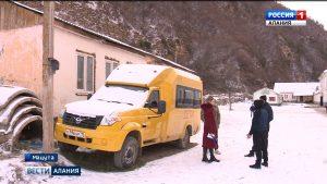 Дети из нескольких сел вынуждены добираться до места учебы в Мацуте пешком или на попутках