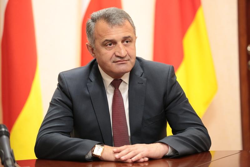 Президент Южной Осетии призвал российских сенаторов помочь с проблемой ввоза машин