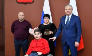 Семья 13-летнего Давида Николова, страдающего тяжелым недугом, получила ключи от новой квартиры