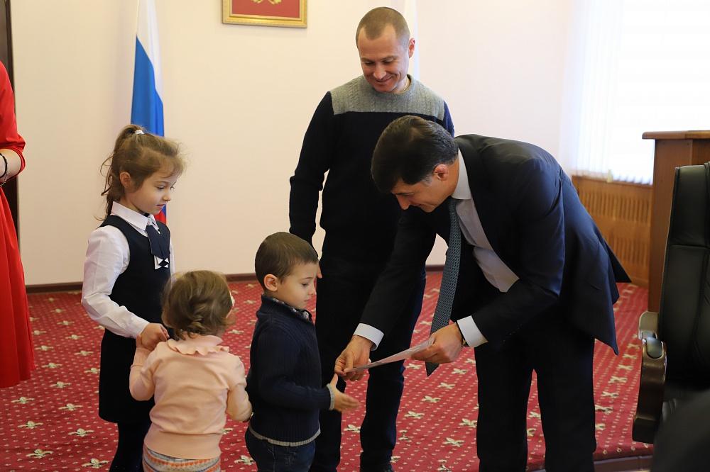 Тамерлан Фарниев вручил горожанам ключи от новых квартир