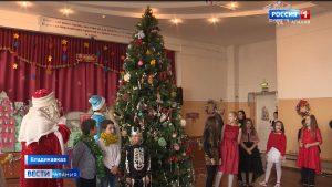 Учащиеся четвертой гимназии нарядили новогоднюю елку необычными игрушками
