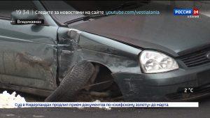 Столкновение двух легковушек во Владикавказе: одна из машин перелетела через бордюр и врезалась в забор