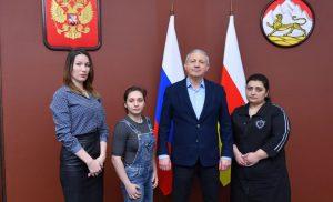 Вячеслав Битаров встретился с участницей акции «Елка желаний» Викторией Купеевой