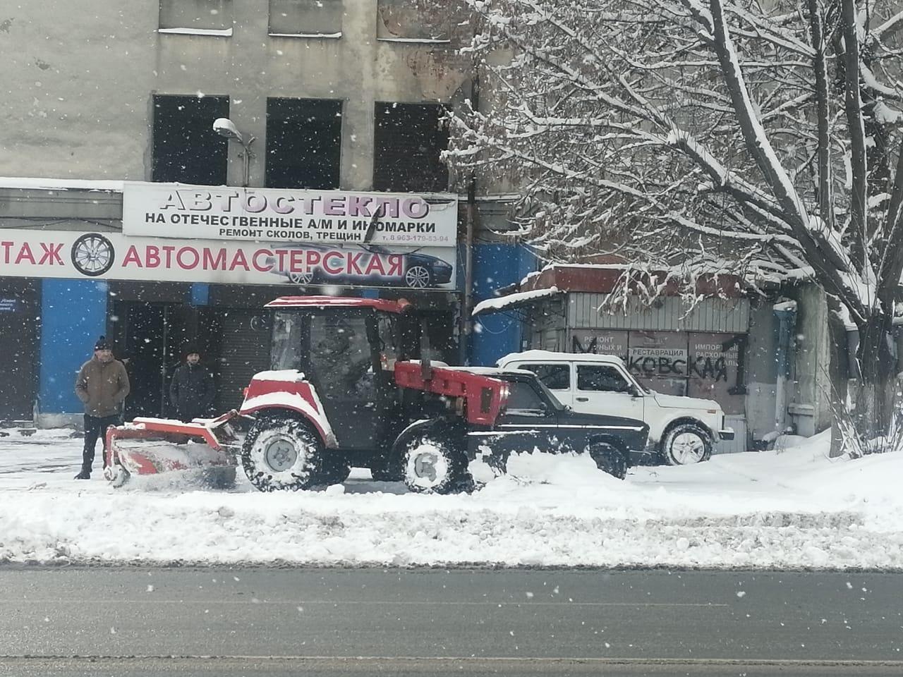 Коммунальные службы Владикавказа продолжают уборку снега