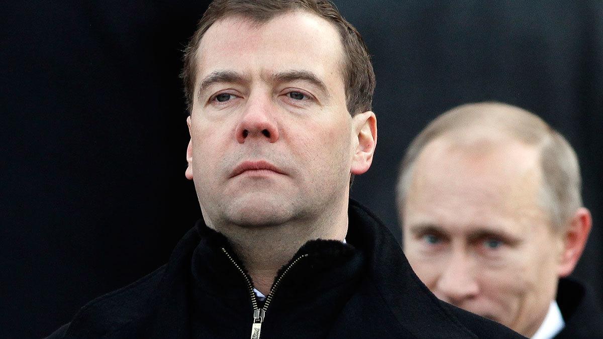 Медведев объявил об уходе правительства в отставку