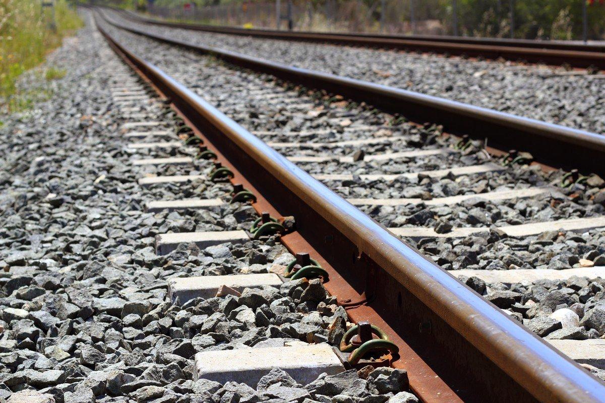 В Кировском районе пассажирский поезд столкнулся с легковушкой