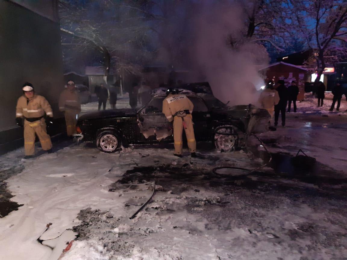 Во Владикавказе при пожаре и взрыве газового баллона в автомобиле пострадал водитель