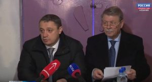 Русланбек Икаев и Михаил Шаталов встретились с жильцами одного из домов на пр. Коста