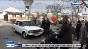 Семье волонтеров-активистов в Моздоке вручили ключи от автомобиля
