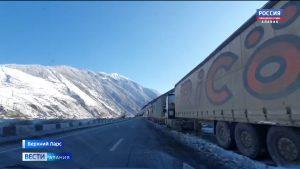 Более 900 большегрузов ожидают открытия Военно-Грузинской дороги