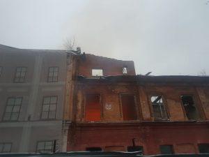 В центре Владикавказа загорелось здание бывшего Дома офицеров
