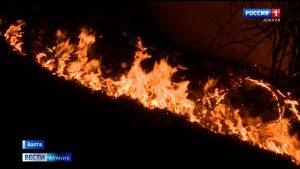 Специалисты расчищают последствия камнепада и тушат очаги возгораний на Военно-Грузинской дороге
