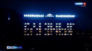 На фасаде гостиницы «Владикавказ» светом в окнах зажглось слово «Бузныг», адресованное медработникам