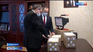Юрий Чайка и Владимир Келехсаев передали врачам Северной Осетии комплекты средств индивидуальной защиты и бактерицидные лампы