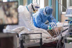 В реанимации больниц, принимающих пациентов с подозрением на COVID-19, находятся 80 человек