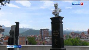 Представители власти возложили цветы к памятнику Коста Хетагурова