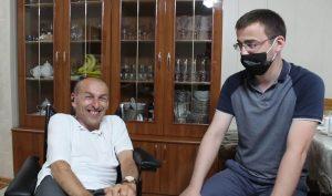 Фонд «Быть добру» передал Альберту Бебпиеву новую инвалидную коляску