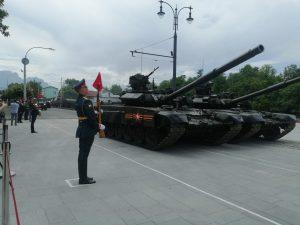 На площадь Свободы выехала военная техника