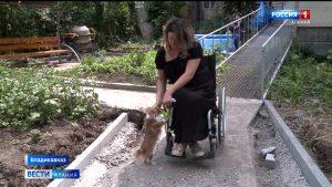 Единоросы помогают благоустроить придомовую территорию для удобства передвижения инвалида-колясочника
