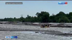 Спасатели помогли двум подросткам, оказавшимся заблокированными на островке посреди реки Ардон