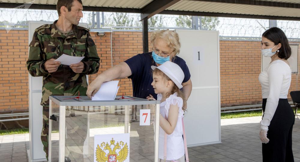 Более 80% проголосовавших в Южной Осетии поддержали поправки в Конституцию РФ