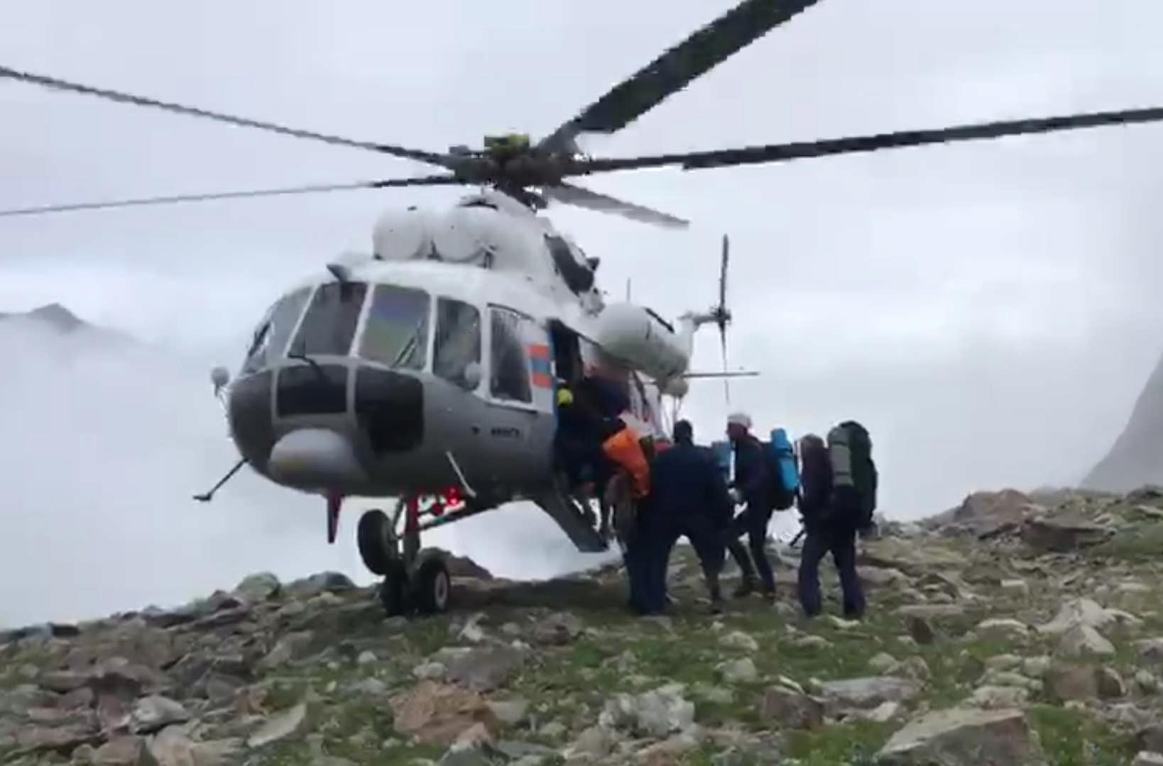 Вертолет МЧС России доставил на равнину тело погибшего в горах фотографа Валерия Сабанова