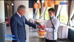 Вячеслав Битаров поздравил выпускников детских домов республики
