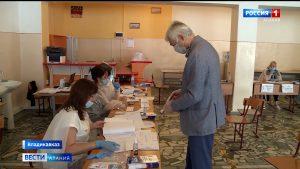 Политики и общественники приняли участие в голосовании по поправкам в Конституцию