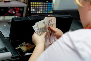 21-летняя жительница Владикавказа украла дневную выручку из кафе