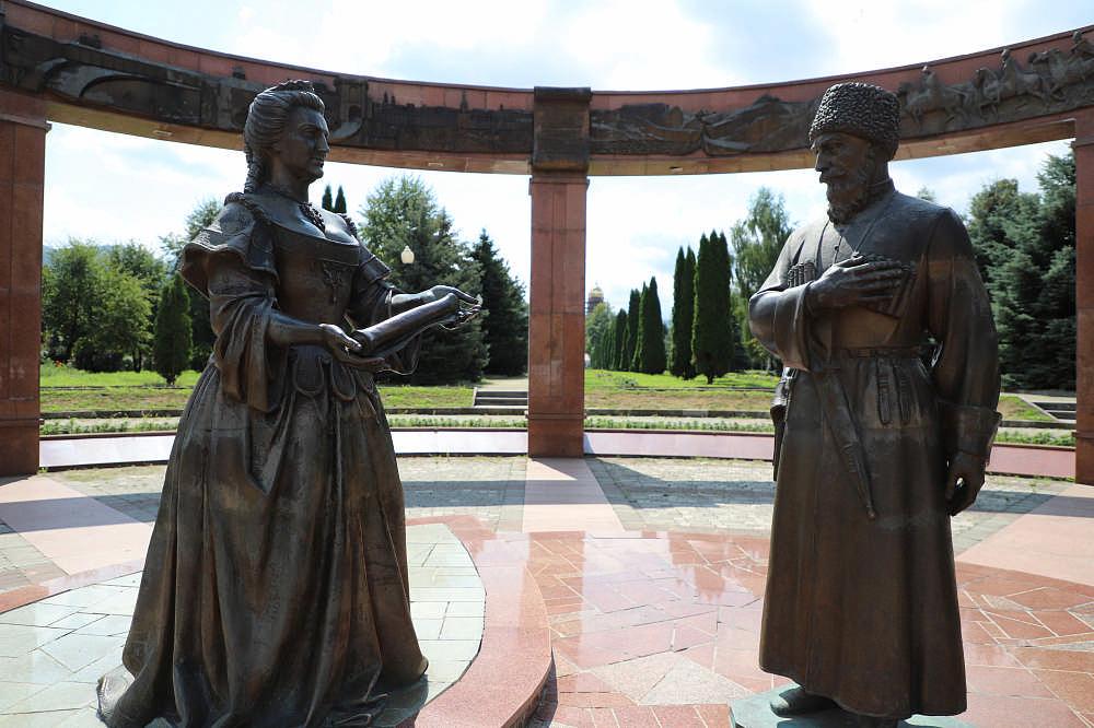 Во Владикавказе отремонтировали скульптурную композицию «Послы у императрицы»