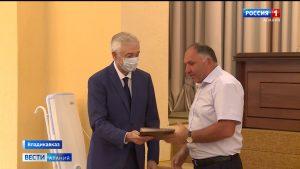 Алексей Мачнев вручил Почетные грамоты и Благодарности парламента строителям республики