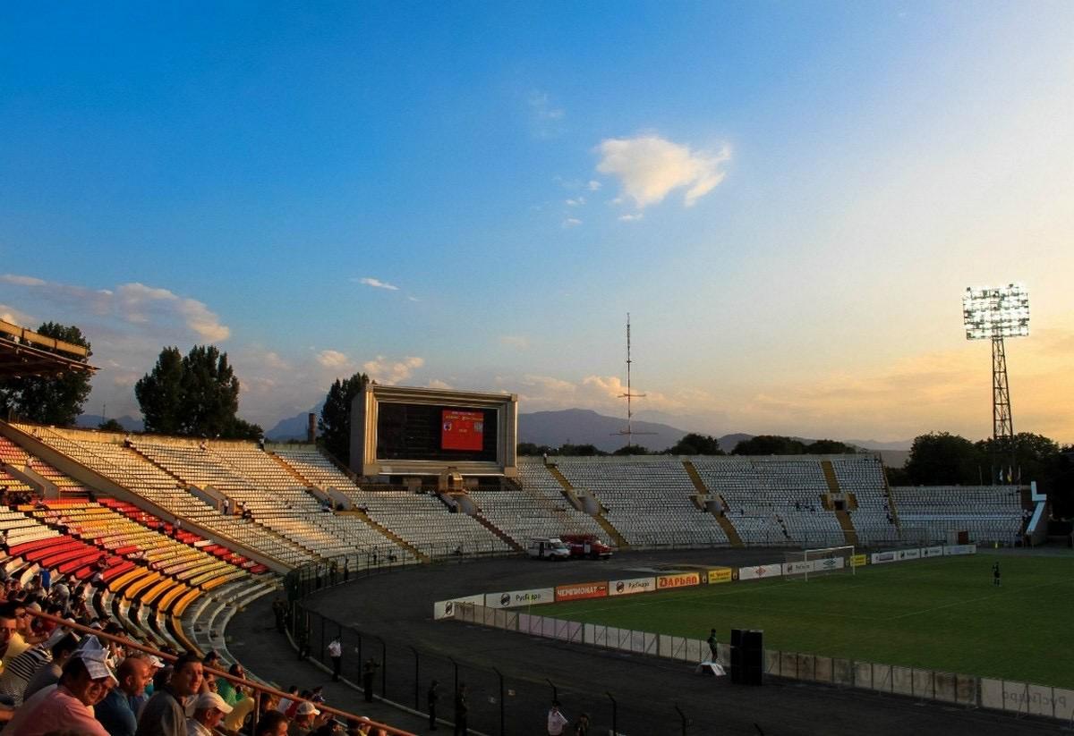 На стадионе «Спартак» начались работы по монтажу новой системы электроосвещения