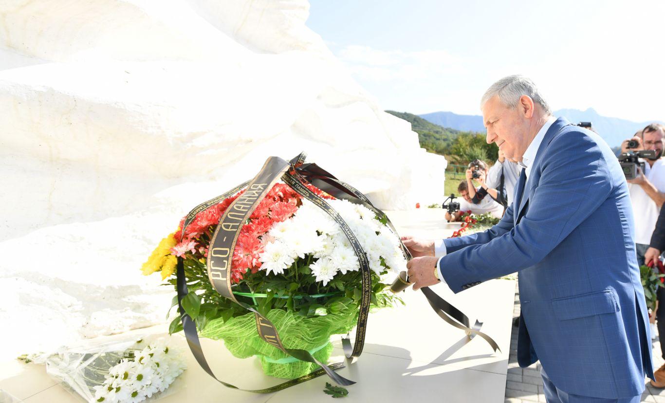 Вячеслав Битаров возложил цветы к мемориалу в память о погибших при сходе ледника Колка
