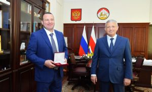 Вячеслав Битаров вручил Тимуру Таймазову медаль «Во Славу Осетии»