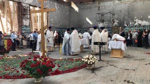 В разрушенном спортзале первой бесланской школы проходит заупокойное богослужение