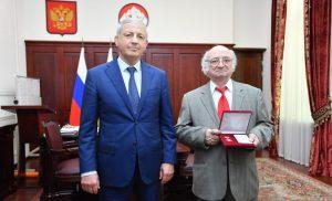 Вячеслав Битаров вручил медаль «Во Славу Осетии» Шалве Бедоеву