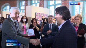 В Национальном музее открылась персональная выставка заслуженного художника Северной Осетии Ахсара Есенова